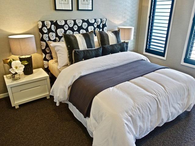 постель в спальне